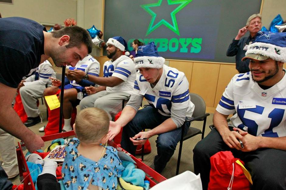 Los niños enfermos y sus familiares compartieron algunos minutos con los jugadores de los Cowboys de Dallas. (Cowboys)