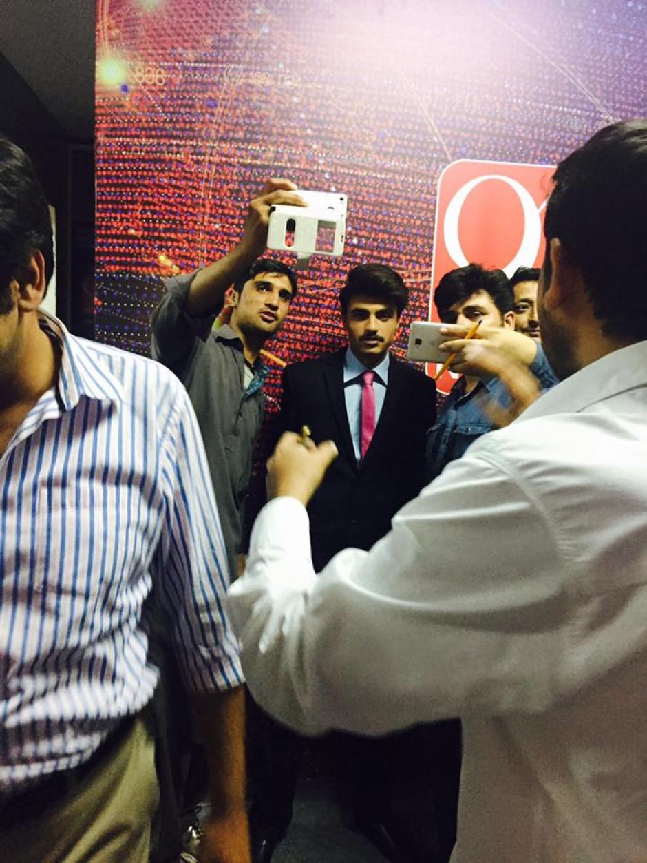 Muchos llegaron al lanzamiento del modelo como representante de la marca para tomarse selfies con él. (Foto: Facebook/fitpin.pk)