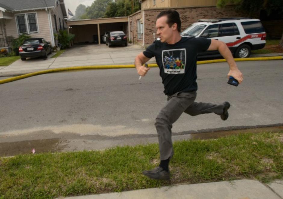 El desesperado escritor corre a toda prisa a pesar de las advertencias de los bomberos. (Foto: Matthew Hinton)