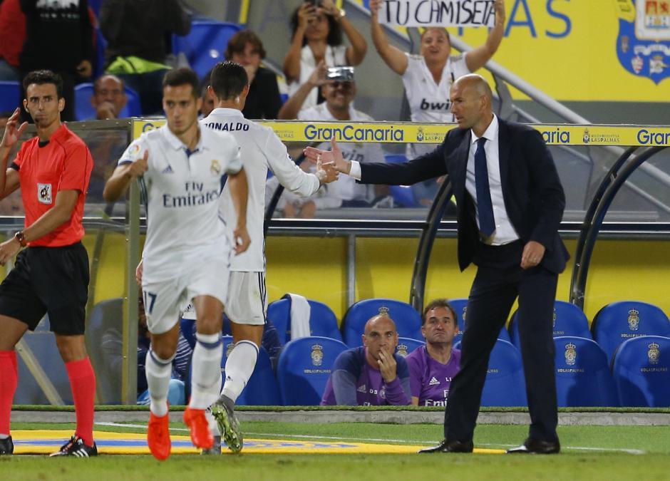 """El """"apretón"""" de manos entre CR7 y Zidane. (Foto: Tomada de Marca)"""