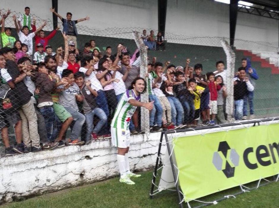 Agustín Herrera celebró con la afición colonial su golazo. (Foto: Cortesía de Javier Guerra)