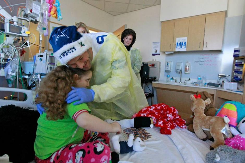Con juguetes y artículos de los Cowboys, los jugadores visitaron a niños y niñas en el Centro Médico de Dallas. (Cowboys)
