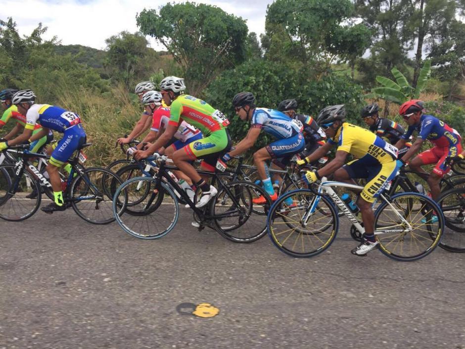 Hubo una fea caída en el pelotón, y tres atletas tuvieron que abandonar la carrera. (Foto: Orlando Chile/Nuestro Diario)