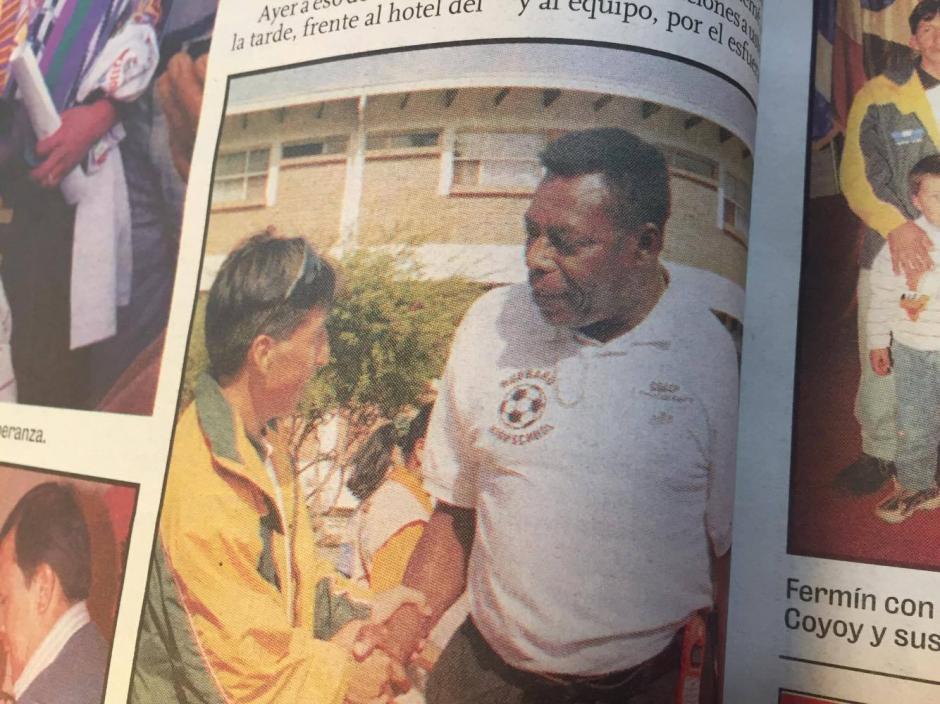 Fermín Méndez recibió el reconocimiento de manos del gran Teodoro Palacios Flores. (Foto: Hemeroteca nacional)