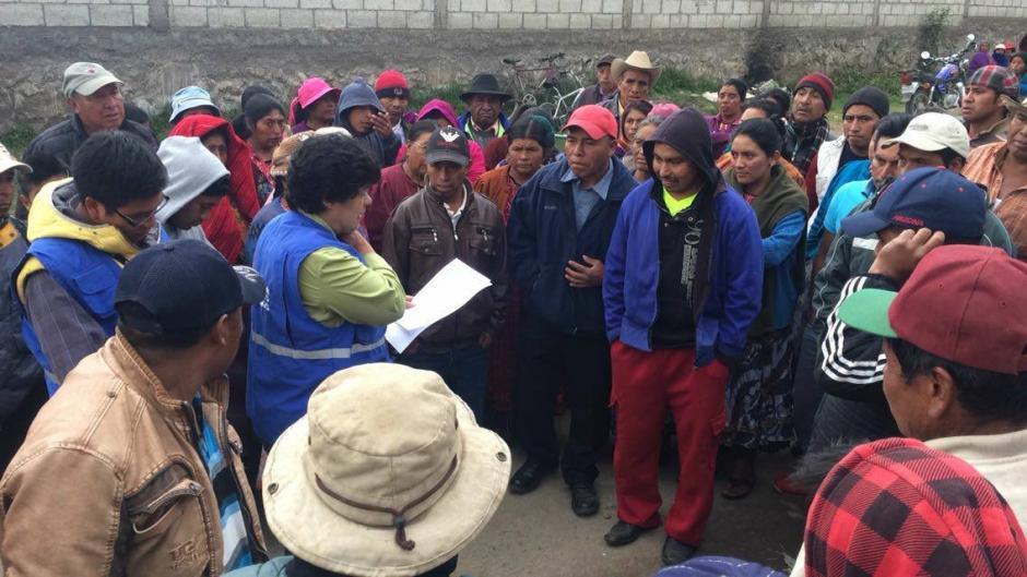 Los manifestantes conversaron con representantes de la PDH para liberar la ruta hacia el basurero de Quetzaltenango. (Foto: Stereo 100)