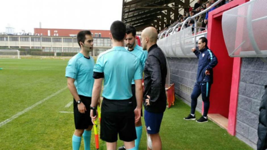 El árbitro central no pudo continuar dirigiendo el partido. (Foto: Marca)