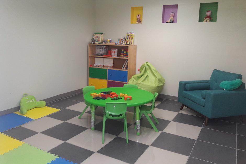 Hay salas destinadas al tratamiento psicológico y social de los niños víctimas. (Foto: Javier Lainfiesta/Soy502)
