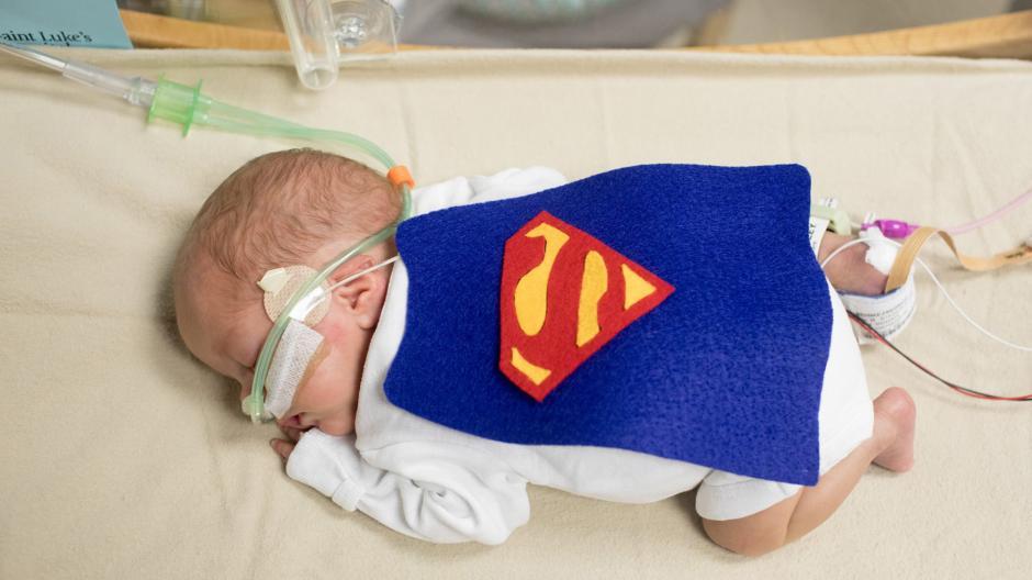 Las imágenes de los bebés prematuros vestidos como superhéroes se volvieron virales en redes sociales. (Foto: infobae.com)