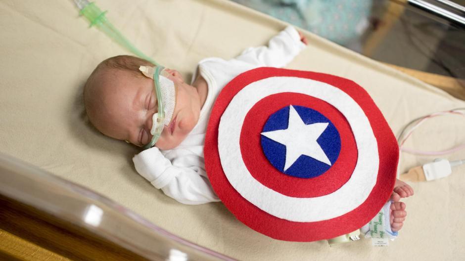 Cada prematuro fue vestido de acuerdo a la personalidad de los papás. (Foto: infobae.com)