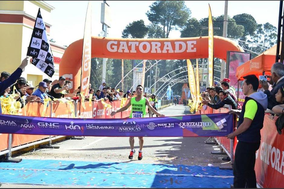 El guatemalteco Alfredo Raxón se adjudicó el primer lugar de los 21K de Quetzaltenango. (Foto: Stereo 100)