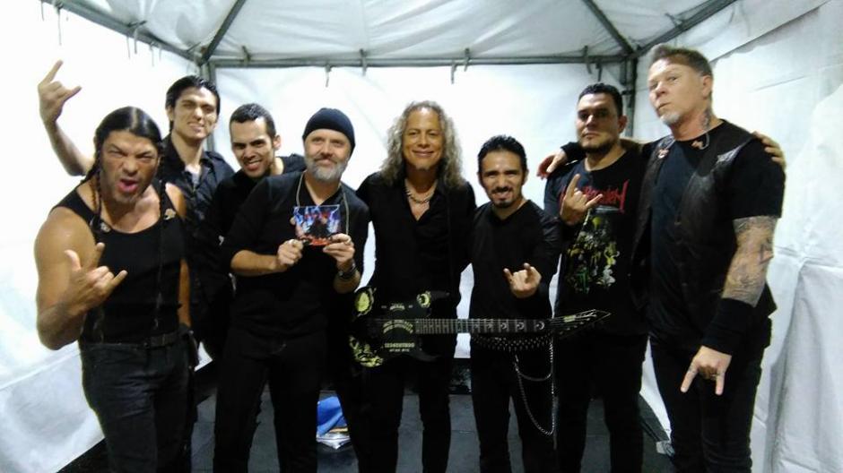 Antes de subir al escenario, Metallica se tomó una foto con Metal Réquiem, la banda local que abrió el show. (Foto:Metal Réquiem)