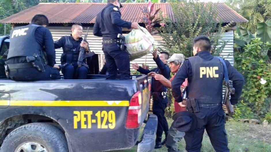 Tras recogerlo en carretera los agentes de la PNC llevan a este agricultor hasta su casa junto a su pesada carga. (Foto: Nelson Alexander Yalibat)