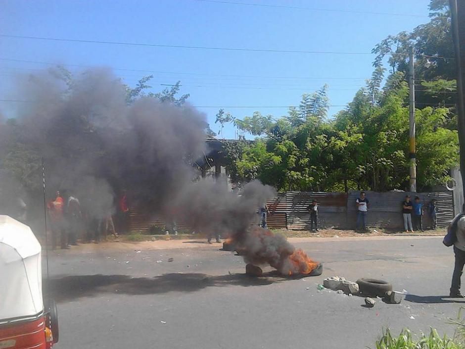 Los inconformes bloqueron los ingresos a Malacatán quemando llantas. (Foto: Noticias del Valle)
