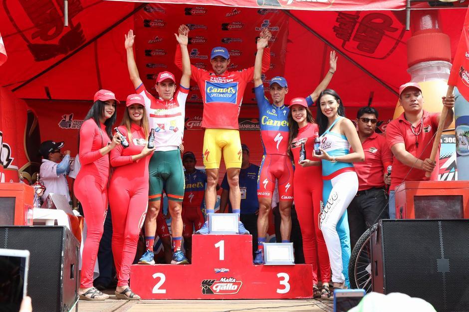 Román Villalobos en lo más alto del podio. (Foto: Alejandro Balán/Soy502)