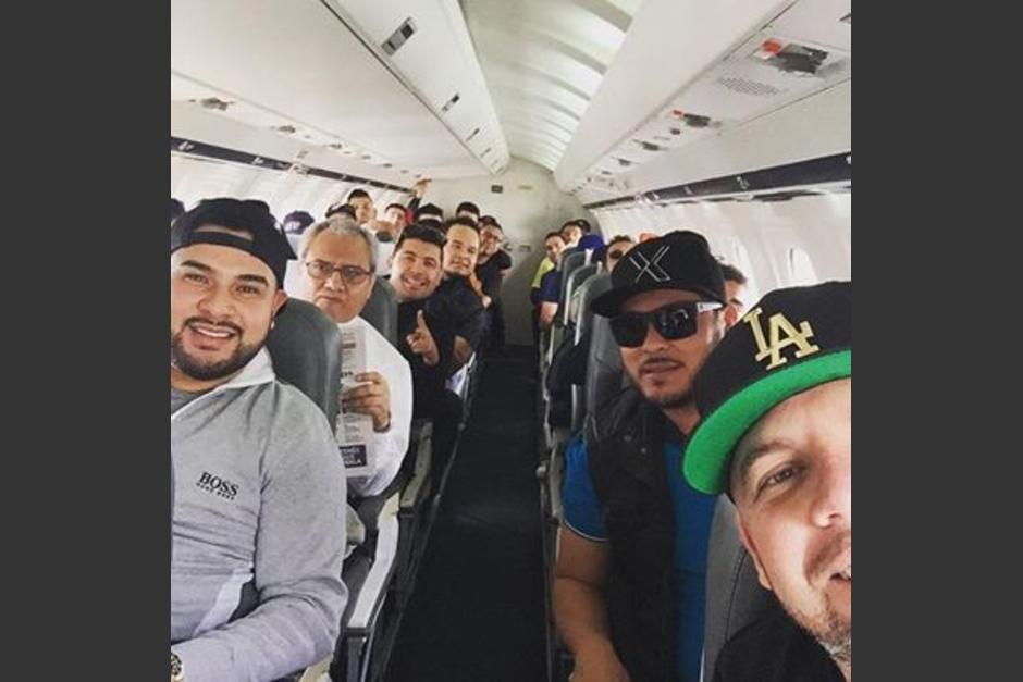 Ya en el avión, la Banda MS anuncia que está viajando a Guatemala para su concierto de esta noche. (Foto: Banda MS)
