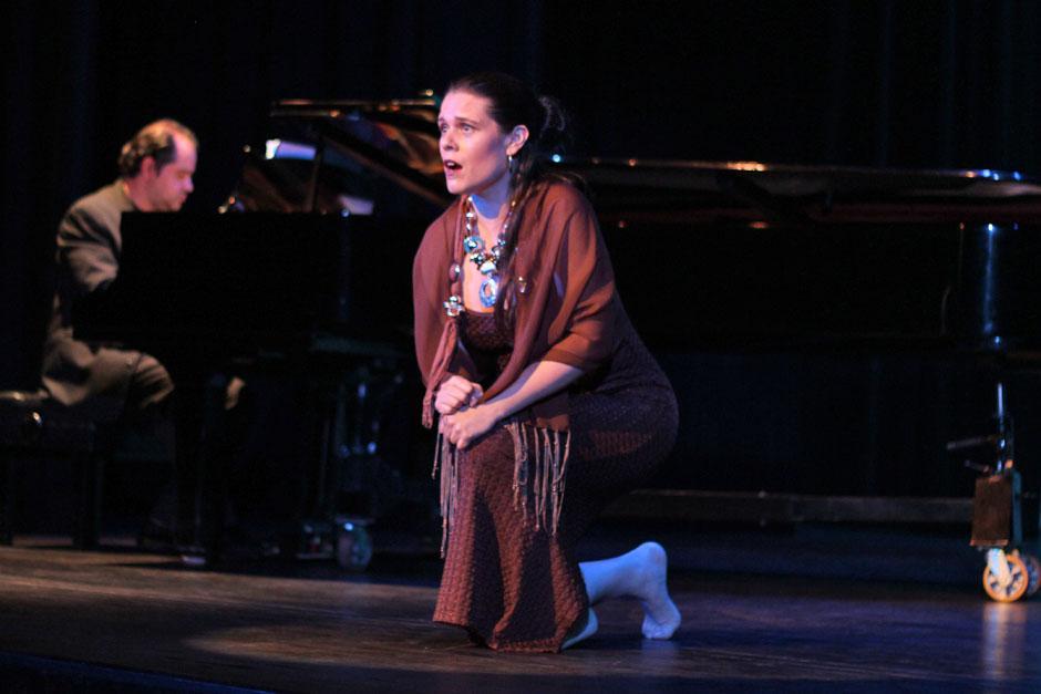 Ana Rosa Orozco hincada sobre el escenario.