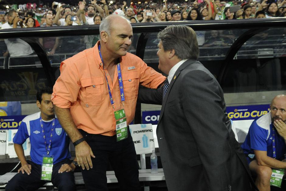 Sopegno y Herrera se saludan antes de iniciar el juego
