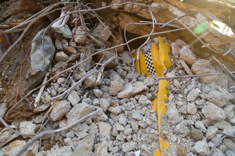 El peso del alud convirtió en chatarra lo que hasta el jueves 2 de octubre era un taxi.(Foto: Soy502/Wilder López)