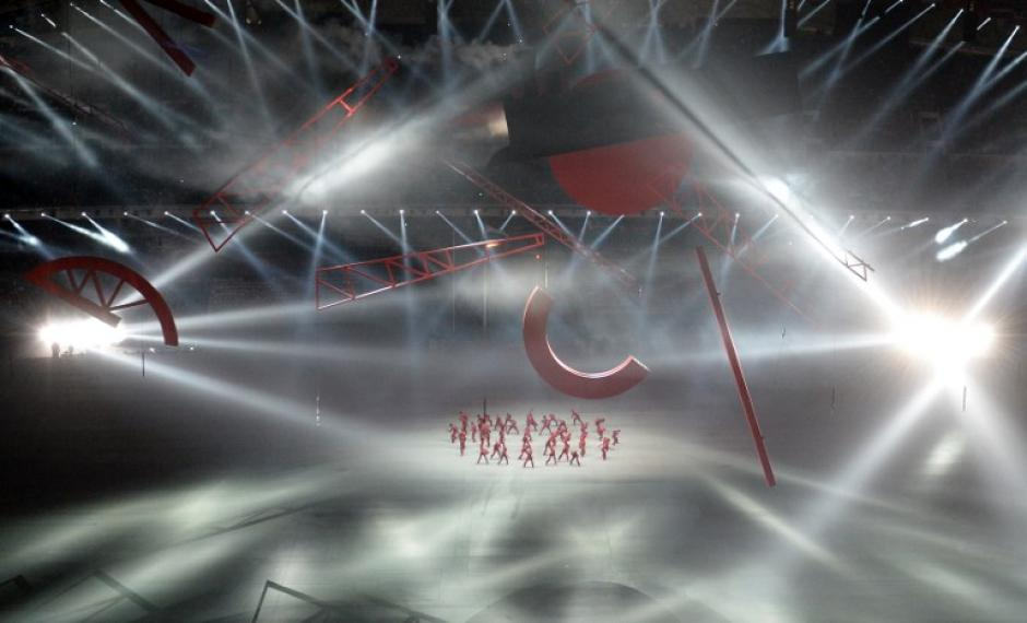 Bailarines durante su presentación en el estadio olímpico Fisht