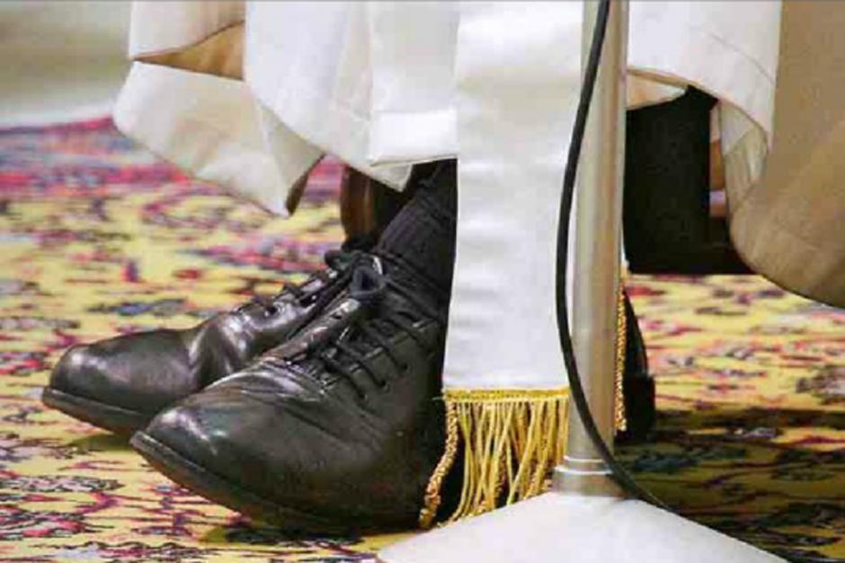 llamó a su zapatero para arreglar sus viejos zapatos negros