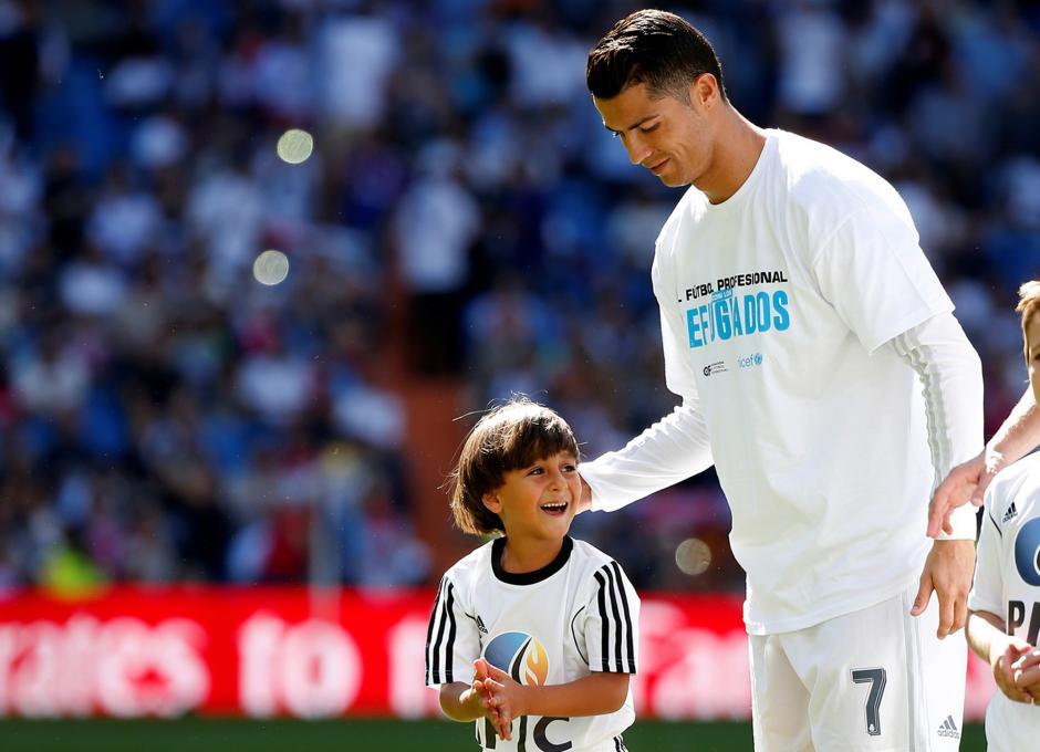 Zaid sonríe al conocer a Cristiano Ronaldo en el estadio Santiago Bernabéu. El Real Madrid es uno de los equipos que apoya la moción que los grandes clubes de Europa ayuden a los refugiados sirios que llegan a los países europeos. (Foto: Infobae)