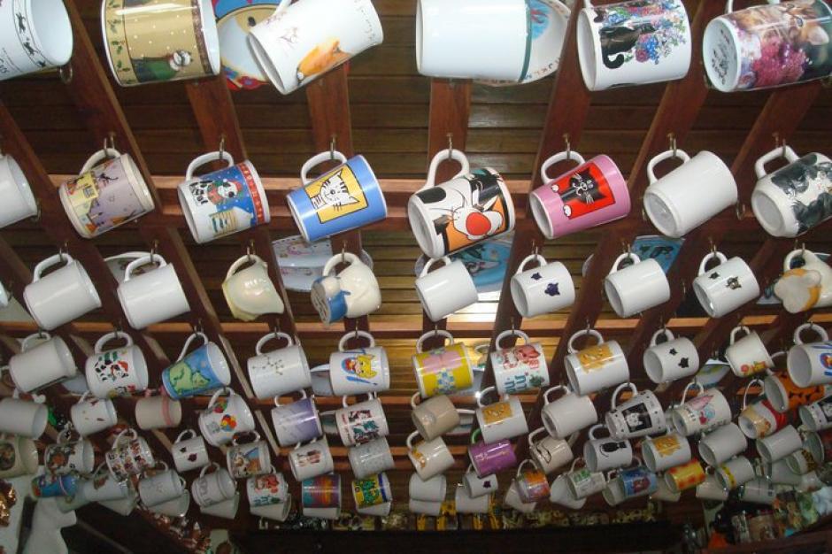 Las tazas adornan parte del techo de su cocina. (Foto: Carmen de Aldana)