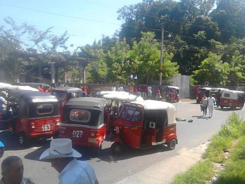 Mototaxistas inconformes con la Municipalidad de Malacatán bloquean entradas a municipio. (Foto: Noticias del Valle)