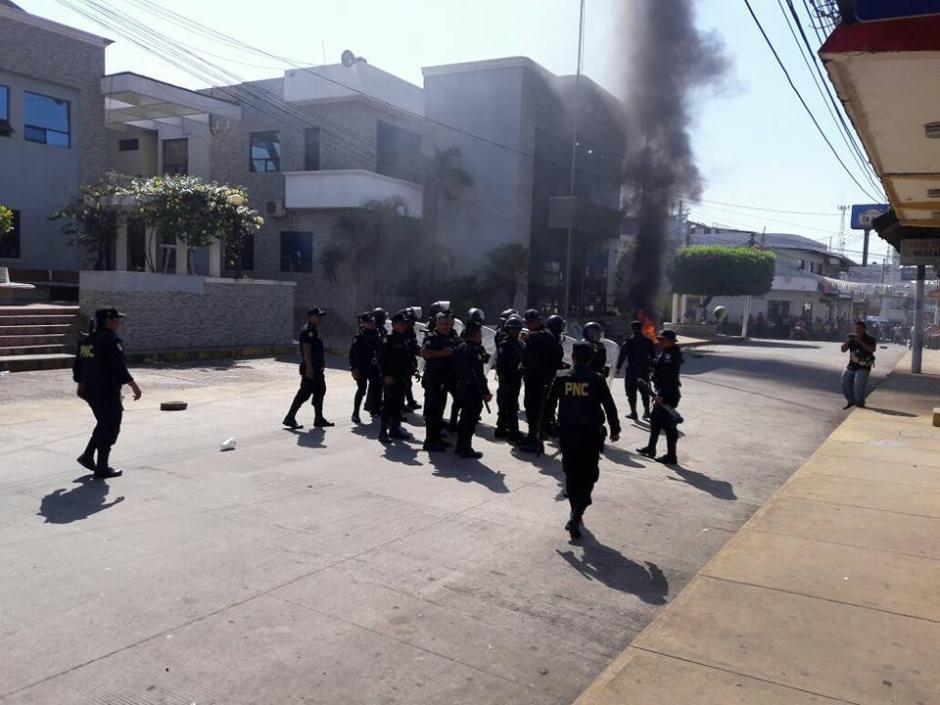 Manifestantes incendia lantas en el ingreso a la Municipalidad de Malacatán. (Foto: Noticias del Valle)