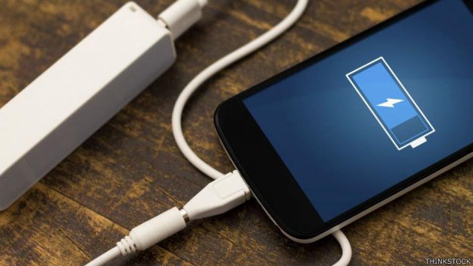 Cargar muchas veces el teléfono durante el día, hace que la vida útil de la batería disminuya considerablemente. (Foto: Twitter)