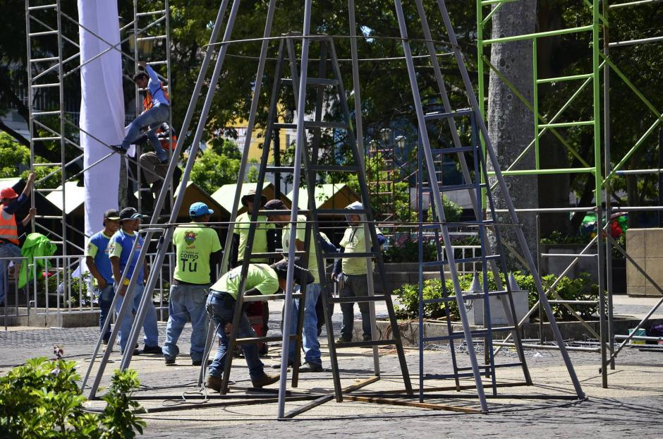 Trabajadores de la municipalidad trabajan arduamente para darle vida al evento. (Foto: Selene Mejía/Soy502)