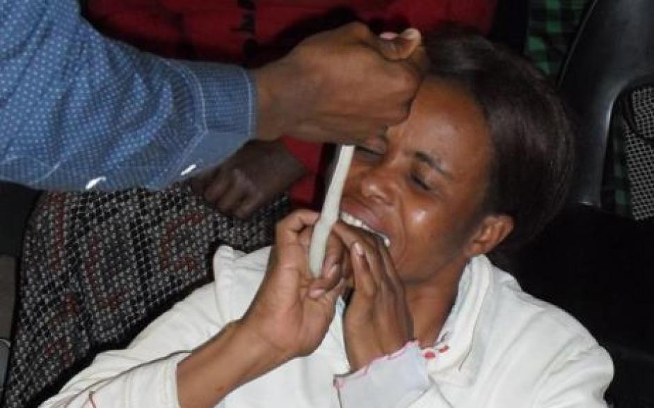 El pastor, Penuel Mnguni, obliga a sus seguidores comer serpientes vivas. (Foto: Tuko.co.ke)
