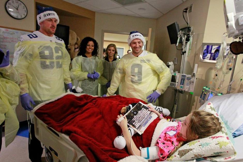 Los jugadores de los Cowboys de Dallas visitan a una niña en el Centro Médico de Dallas. (Cowboys)