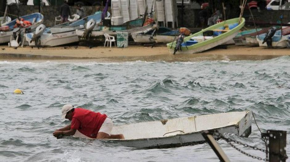 Mexicanos se preparan para la llegada del huracán Patricia que está próximo a tocar las costas del pacífico. (Foto:www.bbc.com)