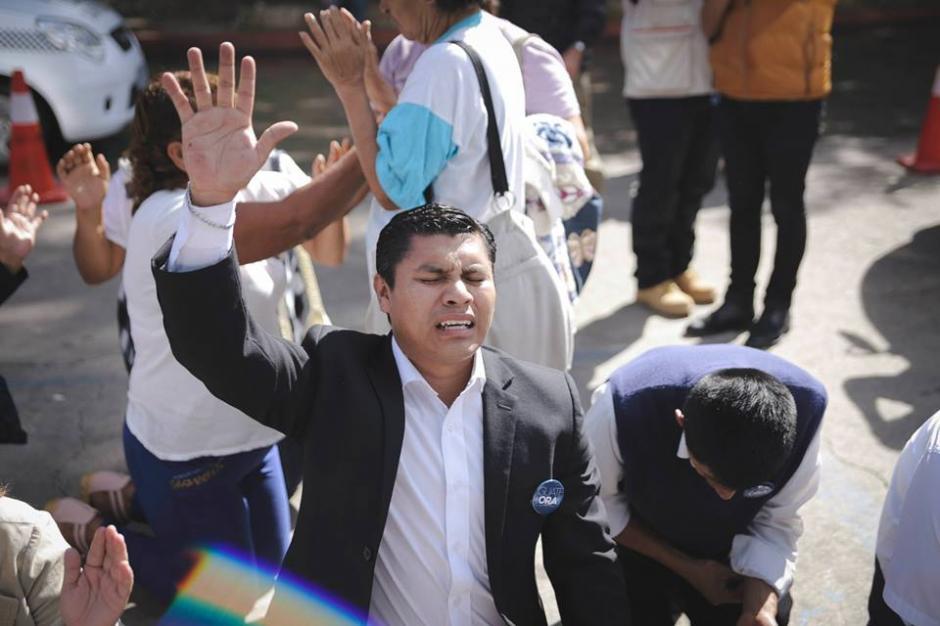 Desde muy temprano muchas personas llegaron para unirse a este movimiento de oración por Guatemala. (Foto: Guate Ora/Facebook)