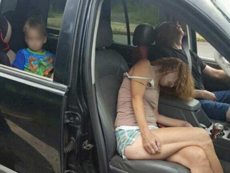 El niño no entiende que sucede, mientras sus padres están drogados dentro del vehículo. (Foto: Twitter)