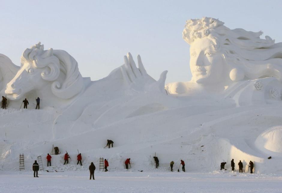 Un grupo de trabajadores retoca una escultura gigantesca en el Parque de la Isla del Sol, en la ciudad de Harbin (China). Harbin, ciudad donde el termómetro en invierno puede llegar a temperaturas de hasta 40 grados bajo cero, acoge su tradicional Festival de nieve y hielo, que comenzó a celebrar en 1963. (Wu Hong / EFE)