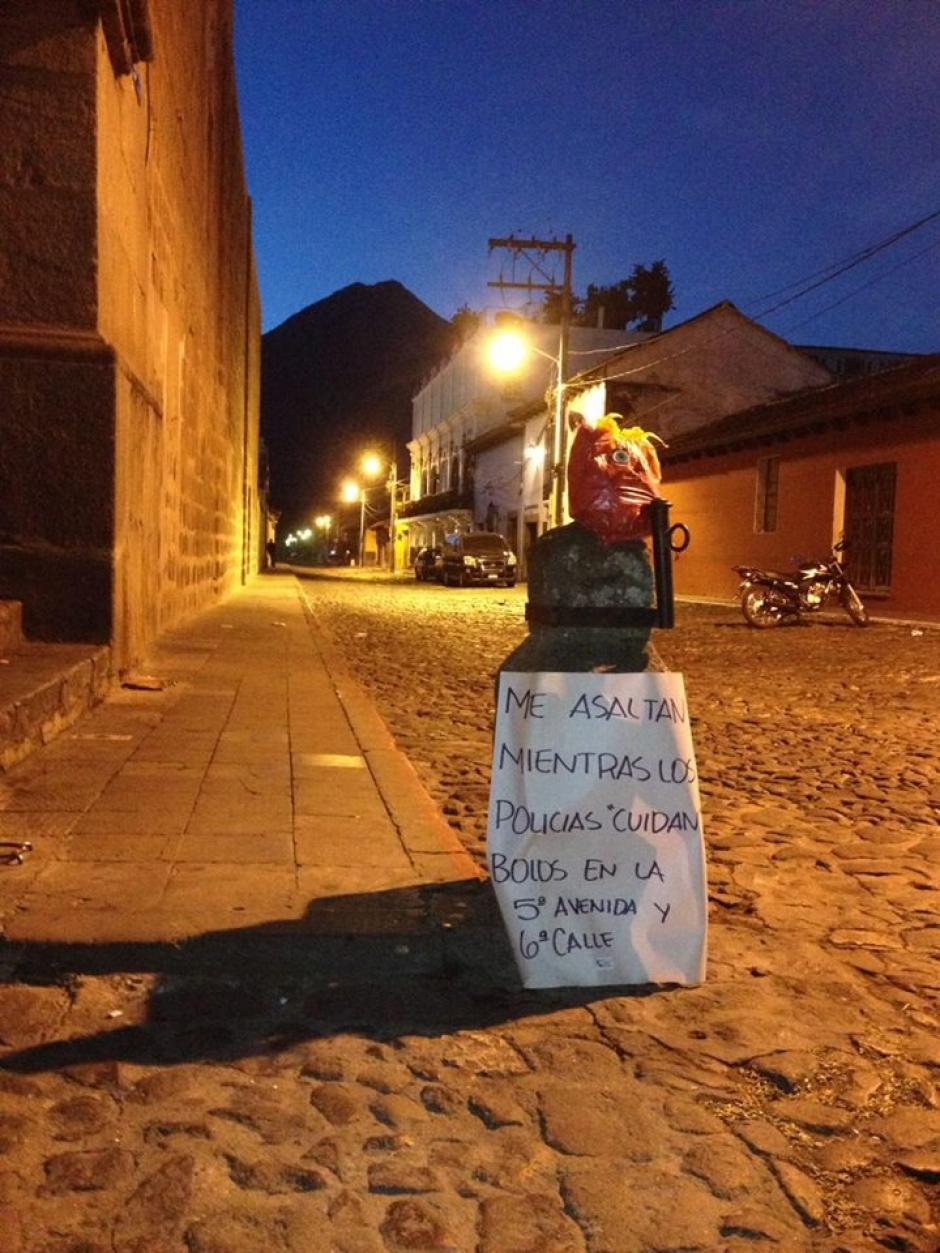 Las piñatas fueron colocadas esta mañana en diversos lugares de la ciudad. (Foto: Jóvenes de Guatemala)