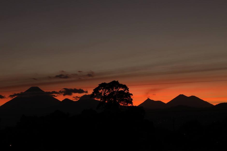 El cielo se tiño de tonos rojos, naranjas, dorados y amarillos. (Foto: Alejandro Balán/Soy502)
