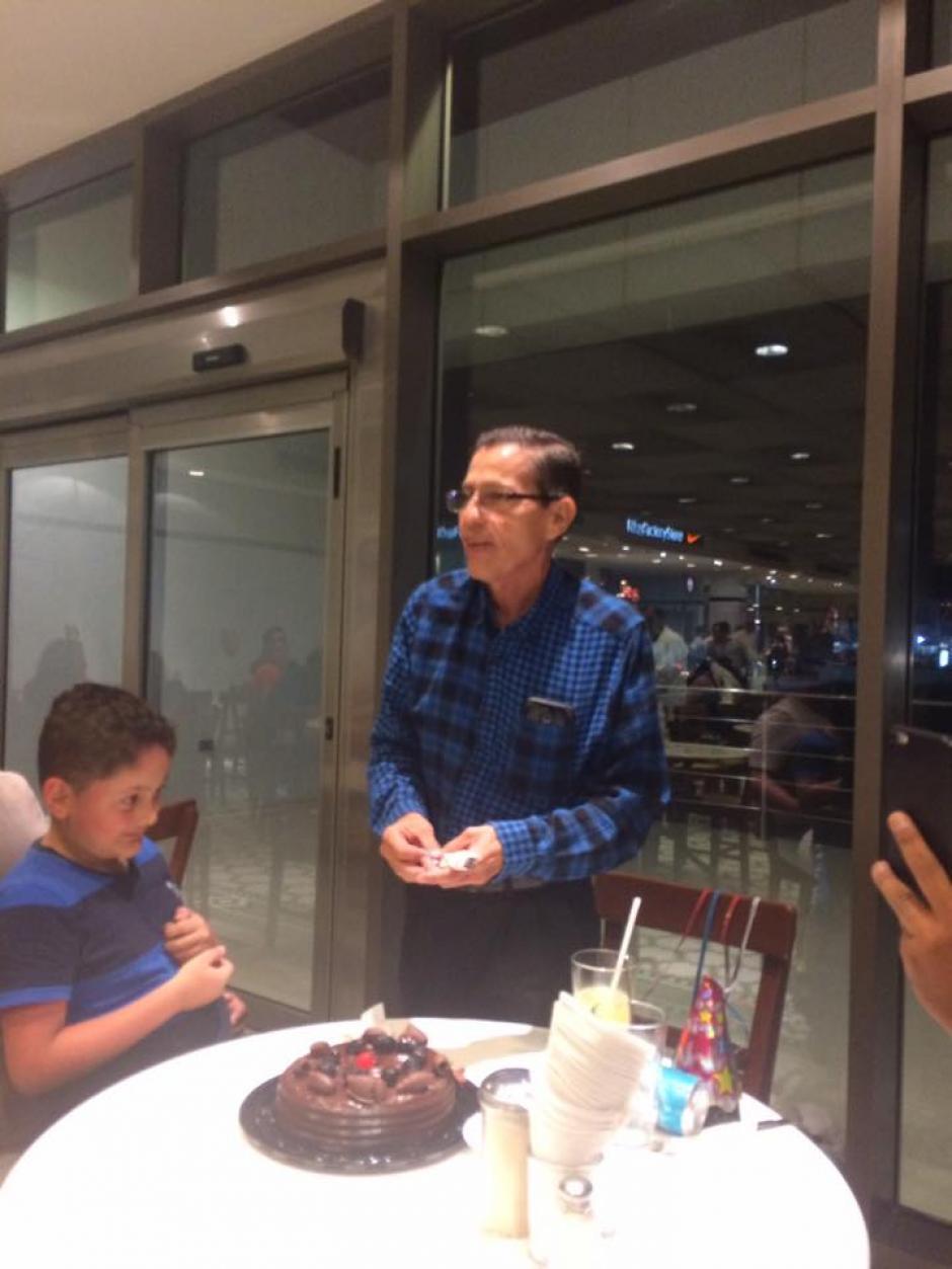 El hombre invitó a otras personas para que su fiesta no fuera en vano. (Foto: Patty Rodríguez)