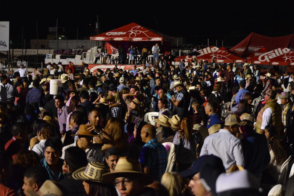 Cientos de personas acudieron el sábado al estadio Las Flores de Jalapa. (Foto: Nuestro Diario)