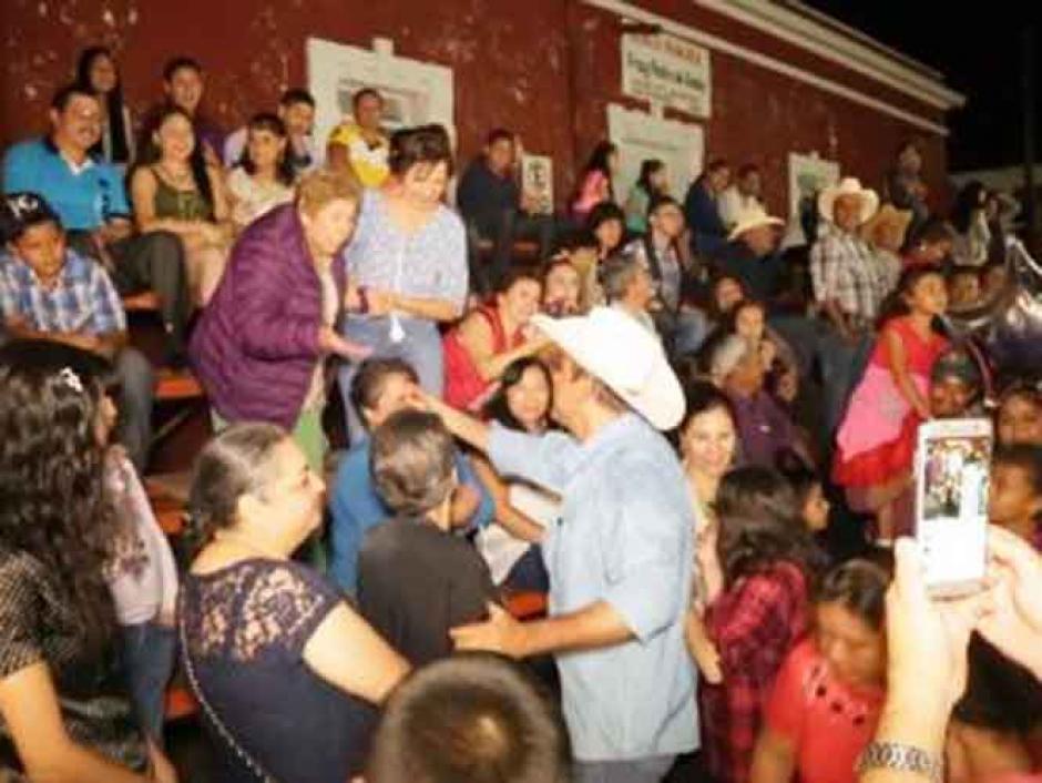 Layin saludaba a todos en la fiesta patronal de  San Francisco de Asís en Ahuacatlán, Nayarit. (Foto: Captura de video)
