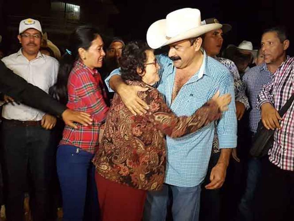 Hilario Ramírez abrazó y besó a niños y mujeres. (Foto: Captura de video)