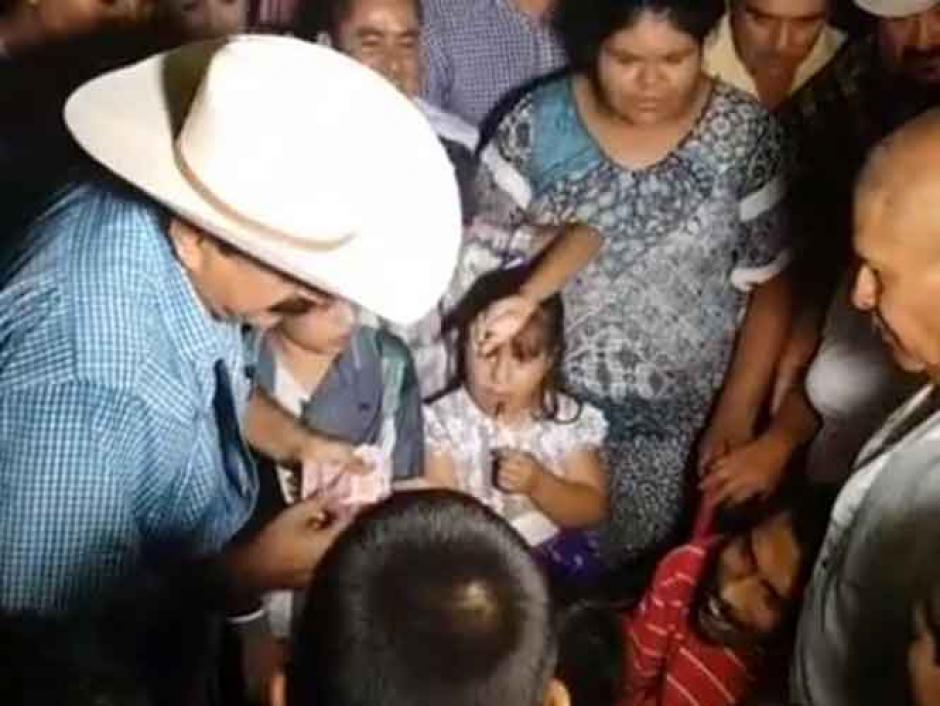 Los niños se aceraban al político que repartía billetes. (Foto: Captura de video)