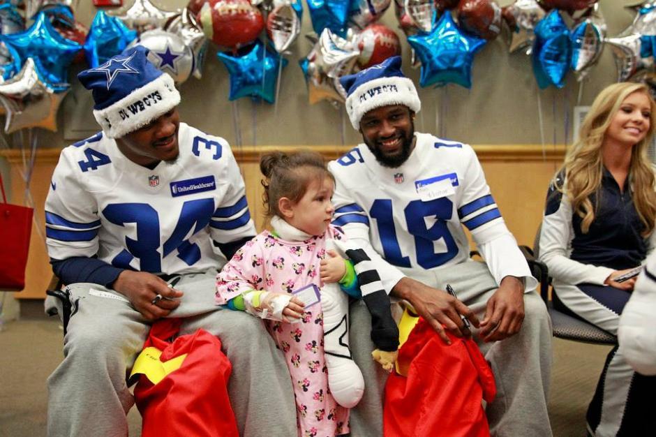Los jugadores de los Cowboys compartieron con chicos y grandes en cinco hospitales de Dallas. (Cowboys)