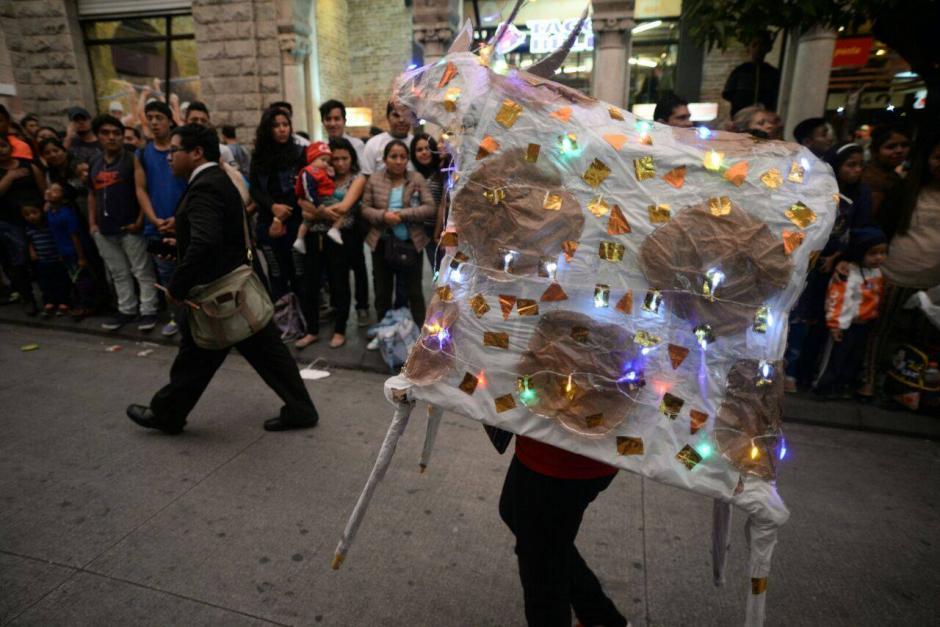 """Un """"Torito"""" de luces fue parte del desfile. (Foto: Wilder López/Soy502)"""