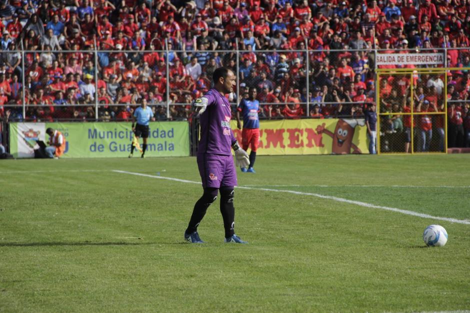 Carlos Díaz no pudo detener a los Rojos. (Foto: Fredy Hernández/Soy502)