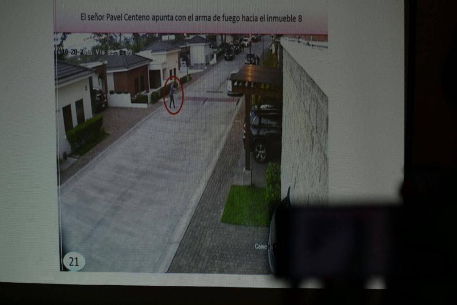 En una de las imágenes se ve a Centeno apuntar hacia uno de los inmuebles. (Foto: Wilder López/Soy502)