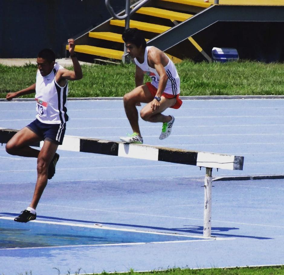 Mario Rivas alterna el atletismo con su trabajo en un restaurante. (Foto: Facebook)