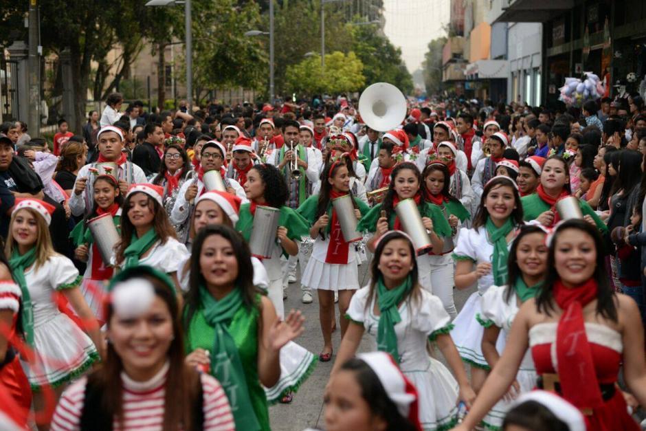 Cientos de escolares participaron en el desfile de bandas. (Foto: Wilder López/Soy502)
