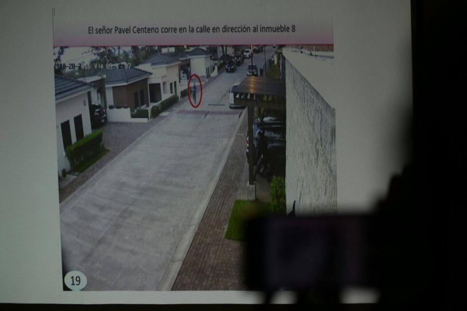Imagen de una de las cámaras de seguridad donde se ve a Centeno correr con el arma en la mano. (Foto: Wilder López/Soy502)
